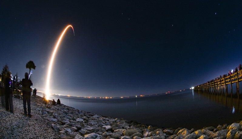 目前Starlink計畫已經成功發射約900顆衛星。 美聯社