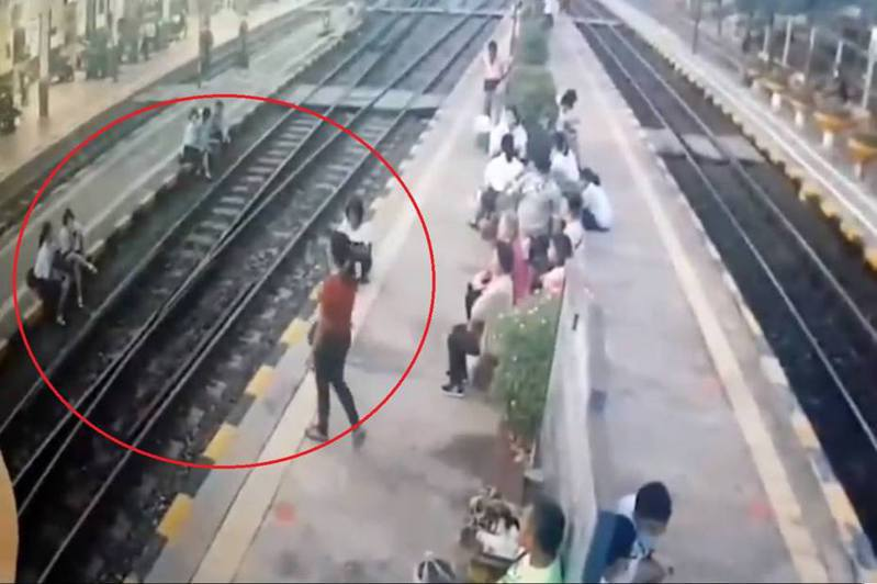 監視器拍到,中年婦女上前訓斥坐在月台上的女生。(Twitter影片截圖)
