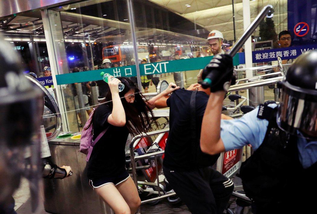 2019年開始的反送中爭議,確實劇烈地影響了香港的航空生態。圖為2019年8月1...