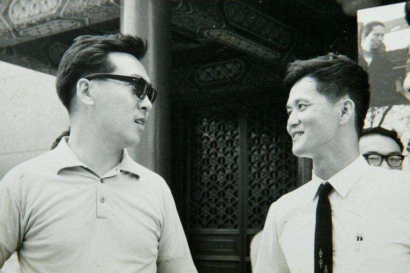 《文學季刊》主編尉天驄(左)與作家黃春明(右),攝於1968年。 圖/黃春明提供