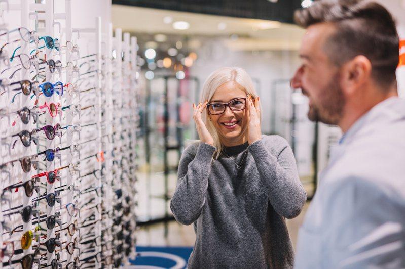 配眼鏡都會附贈眼鏡布,但許多人都會將眼鏡布拿來擦拭鏡片,這個動作其實是錯的。 圖/ingimage