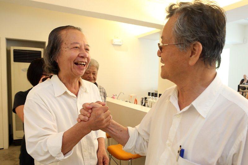 2012年,七等生(左)發表作品精選輯,黃春明(右)到場祝賀。 圖/聯合報系資料照