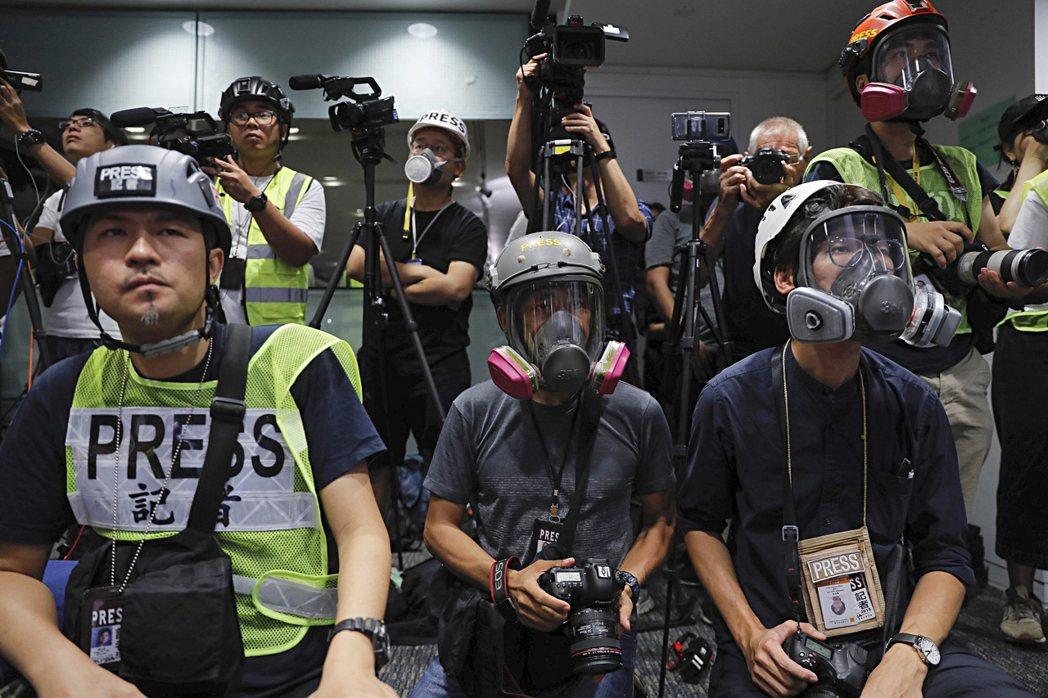 Kiran Misra將社運新聞學定義為:一種能夠滿足那些遭不公不義衝擊的社群需求的新聞學。圖為採訪香港反送中運動的記者。 圖/美聯社