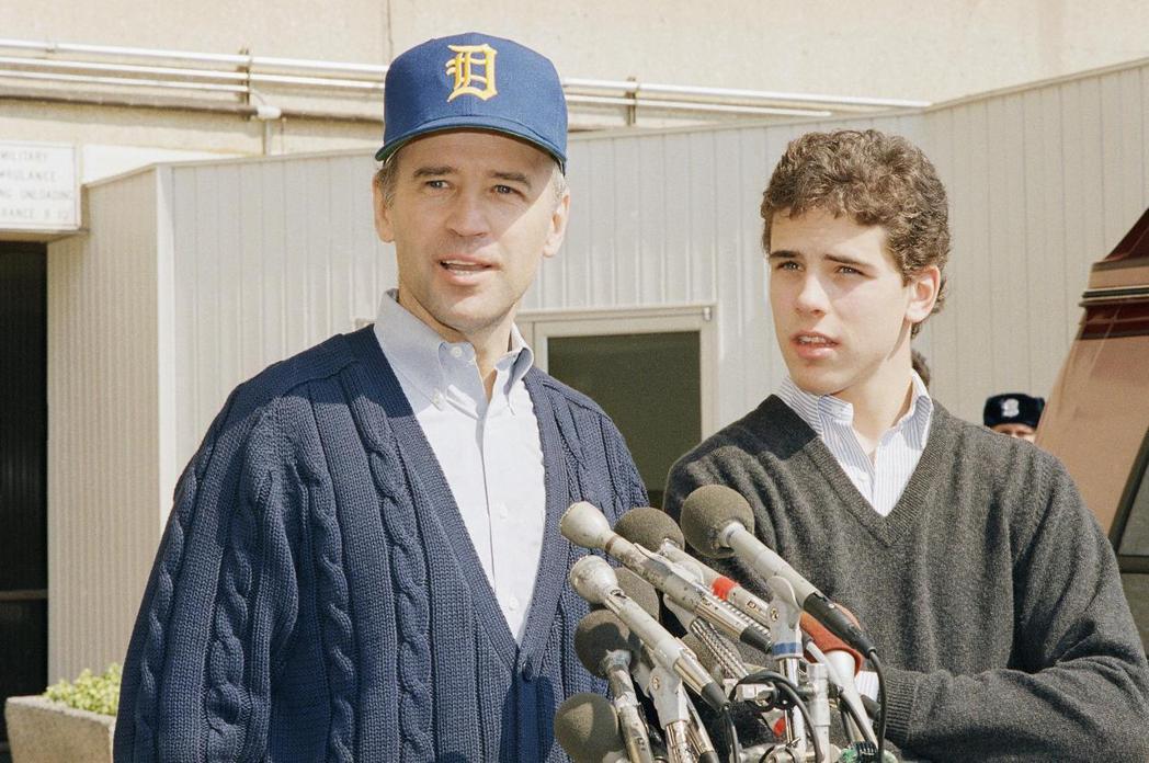 圖為1988年,時任參議員的拜登(左)與兒子杭特(右)。拜登早年喪妻的經歷,讓曾...