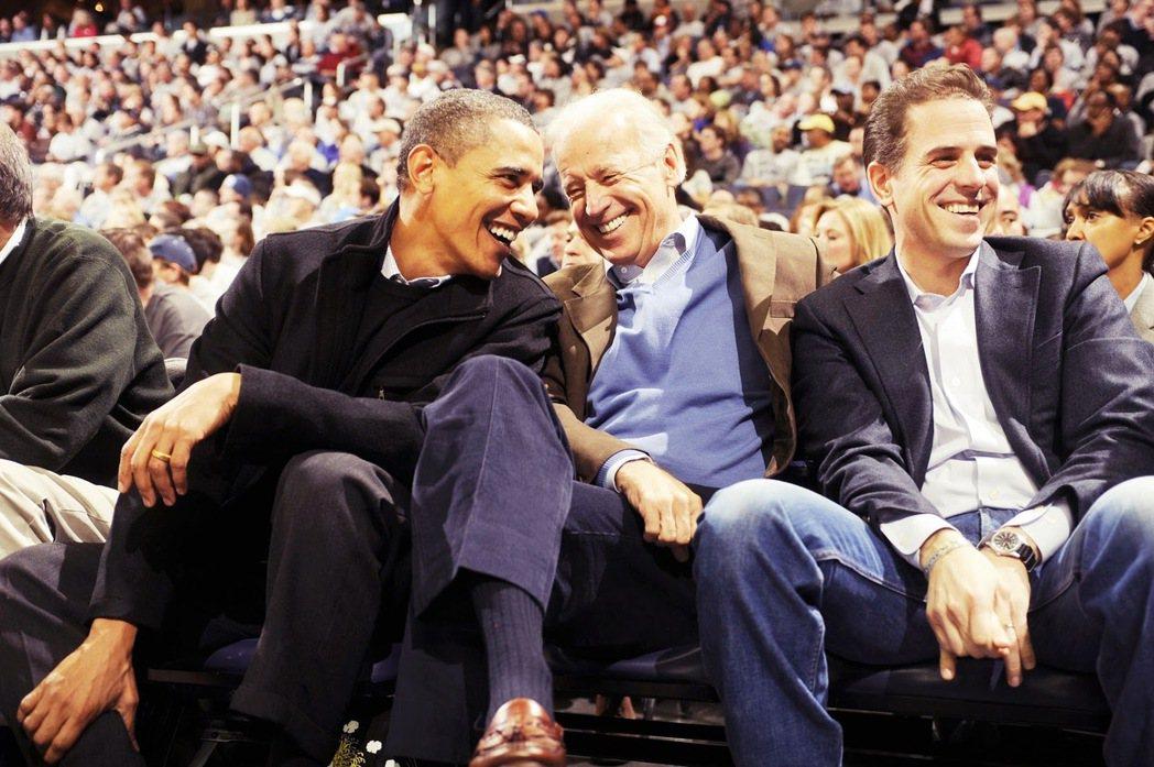 歐巴馬(左)、拜登(中)與杭特.拜登(右)。在對中國政策上,拜登以「華府式發言」...