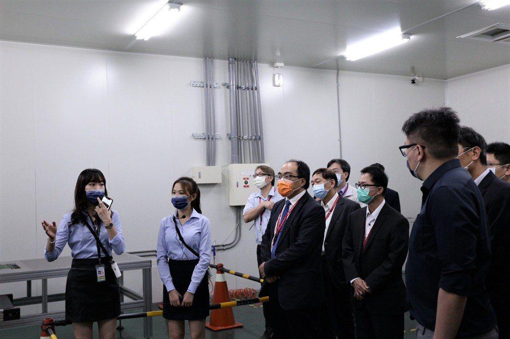 工業局局長呂正華,仔細聆聽現場說明。 鈺祥企業/提供。