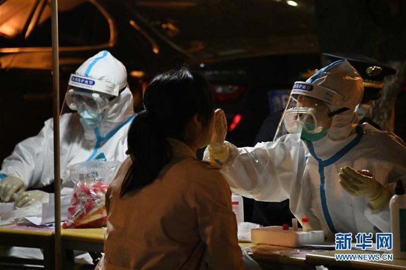 山東省青島市一名女護士,而且又是在隔離醫院內遭到感染,目前已排查到71名密切接觸者隔離觀察。圖為篩檢示意圖,非新聞當事人。新華網