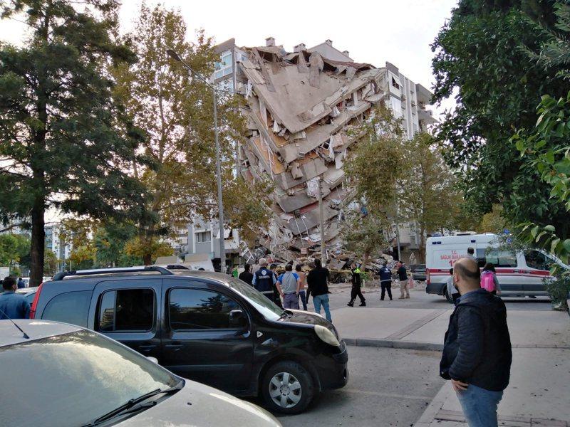 愛琴海地區驚傳規模7.0強震,土耳其和希臘受衝擊。土耳其第3大城伊茲米爾多棟建物倒塌,強震造成海水流到岸上,導致淹水。電視畫面顯示民眾奮力搬移瓦礫堆搜救受困者。 路透社