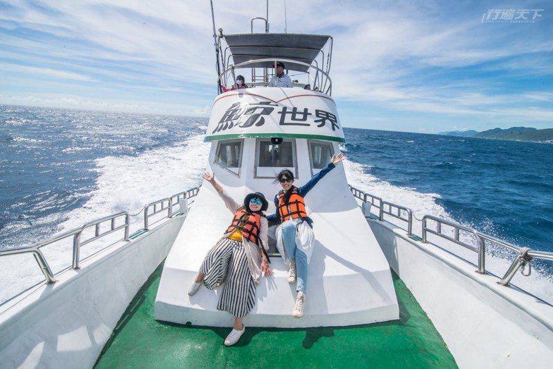 跟著賞鯨船出遊,在花蓮外海有高達95%機率看得到鯨豚。