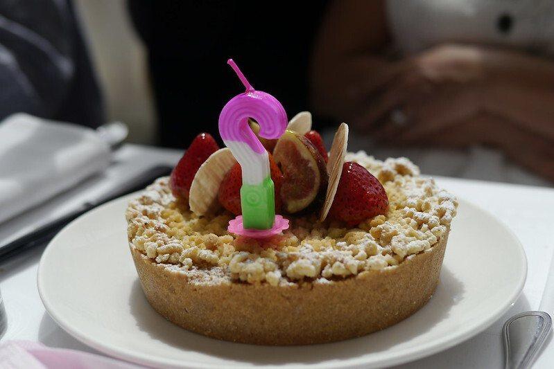 """我們另外向國賓訂購的""""生日蛋糕""""慶祝好友生日,唱生日快樂歌許願的蛋糕。"""