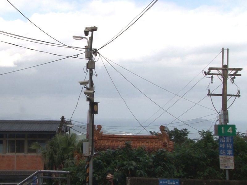 新北市議員林裔綺希望市府能推動九份等國際景點電桿地下化,改善遊客造訪九份的觀光品質。 圖/觀天下有線電視提供