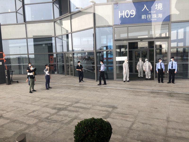 珠海市台港澳事務局與防疫人員,昨天親自到澳門機場協助台商「兩關一檢」。圖/台商簡廷在提供