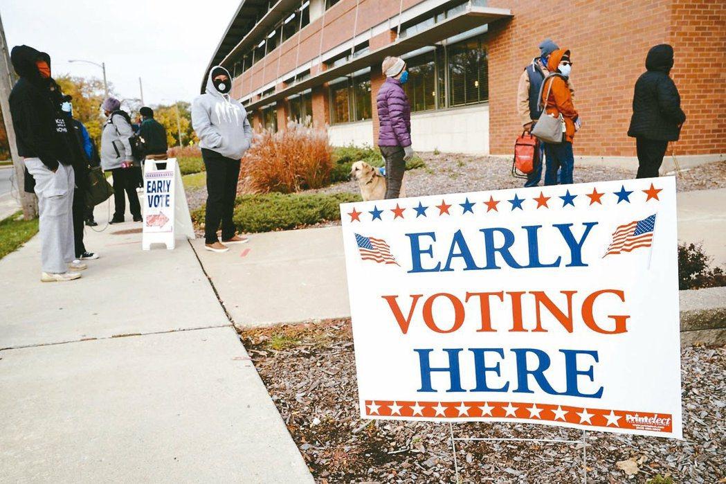 搖擺州之一的威斯康辛州20日開始舉行提前投票,密爾瓦基市選民在一處投票所外排隊。...
