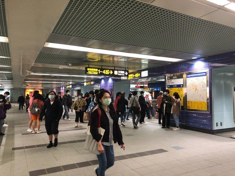 台北捷運文湖線南港展覽館站往南港軟體園區站間方向,六點五十分因軌道發生跳電。圖/讀者提供