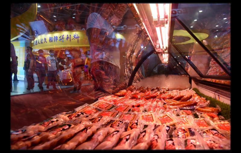 早前北京新發地市場與山東突然傳出的新冠肺炎疫情,可能都是來自遭汙染的進口冷凍海鮮等食品。圖為今年9月在山東青島舉行的第18屆中國國際肉類工業展覽會。新華社