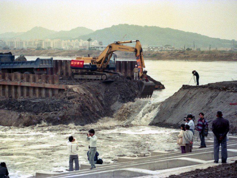 1993年10月30日,基隆河整治工程正式開挖新舊河槽間的土牆,10分鐘後河水流入新河道,正式完成河道轉換。圖/聯合報系資料照片