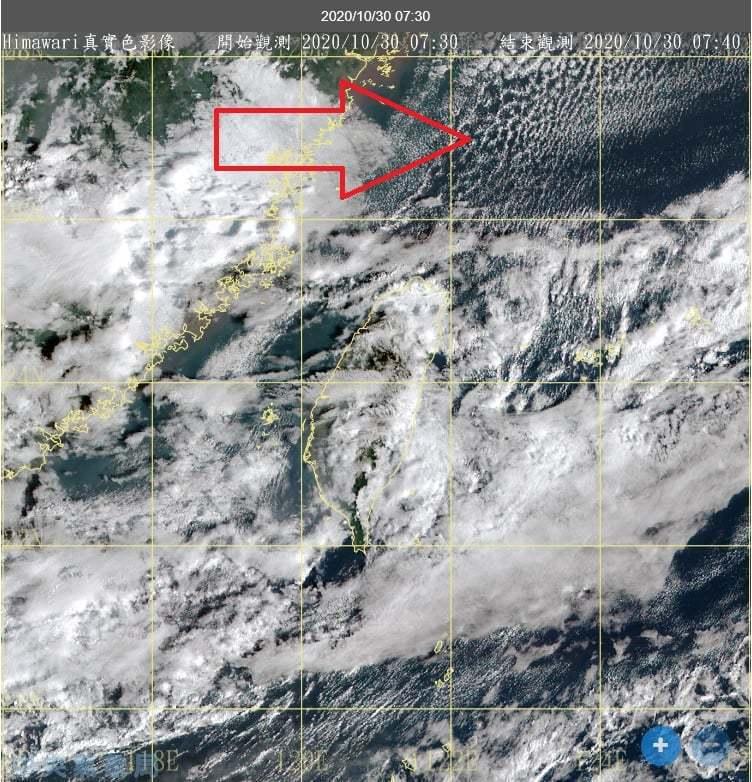 台灣北邊出現點狀、排列成線的小積雲,為冷平流雲系,是冷空氣流經暖水面的特徵,所以的確有冷空氣到北台灣,只是高壓偏強、空氣相對乾燥,白天氣溫變化感受不深。圖/取自鄭明典臉書