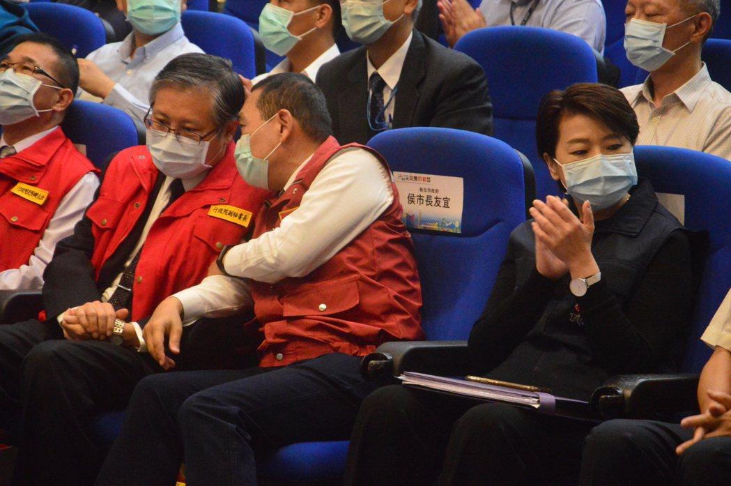 新北市長侯友宜(右二)雖和台北副市長黃姍姍(右一)比鄰而坐,卻幾乎沒有交集。左二...