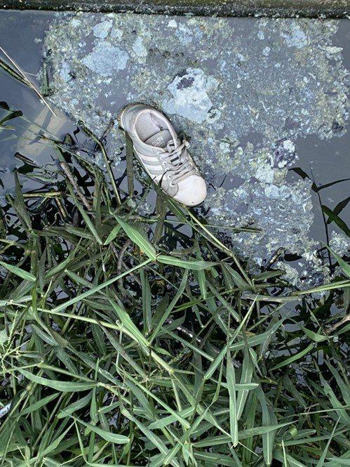警方發現女生的布鞋,加上在現場附近發現拖行痕跡,判定遭人強行拖走。記者周宗禎/翻攝