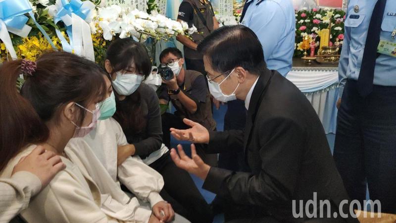 國防部長嚴德發(右)蹲下身來不斷安慰家屬,並表達蔡英文總統的關心。記者尤聰光/攝影
