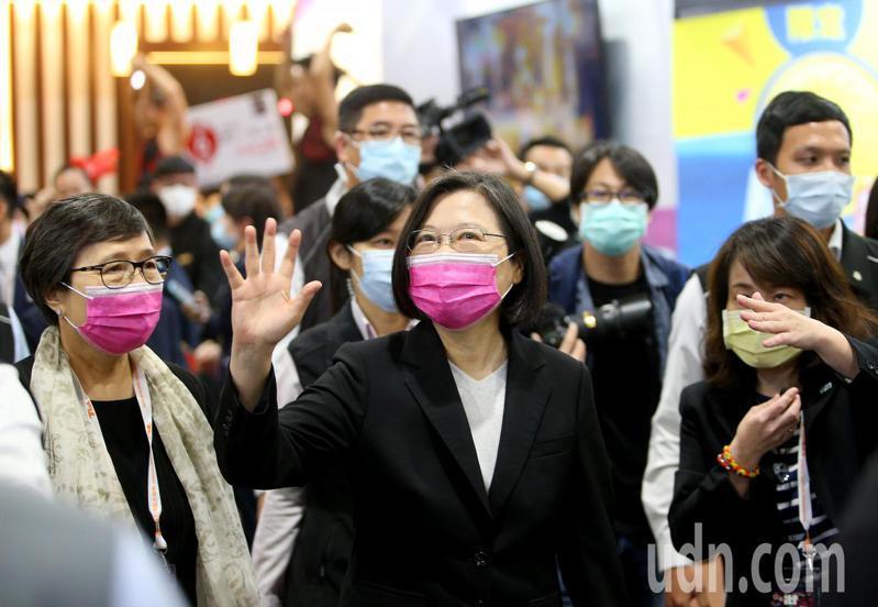蔡英文總統(中)上午出席台北國際旅展開幕式,她表示雖然疫情使觀光產業大受影響,但危機就是轉機,現在就是台灣觀光旅遊產業提升的契機,盼台灣的觀光可以好上加好。記者余承翰/攝影
