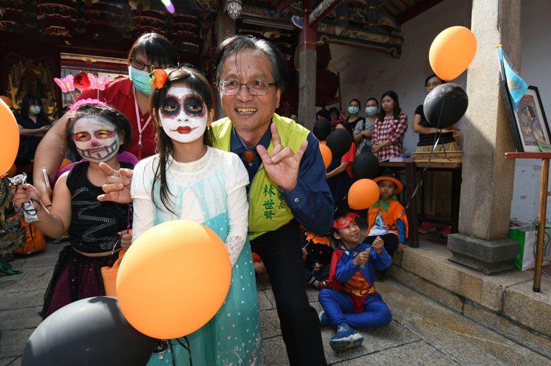 西洋萬聖節前夕,彰化市長林世賢今天上午帶著一群打扮逗趣的「小鬼」逛永樂街,並在慶安宮童玩區流連忘返。記者劉明岩/攝影