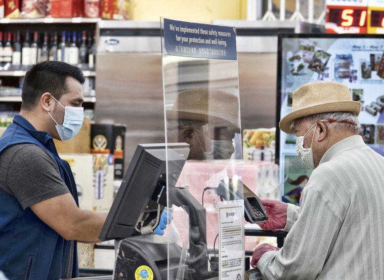 新近研究發現,超市和雜貨店員工約20%染疫,大部分無症狀。圖為加州洛杉磯地區超市...