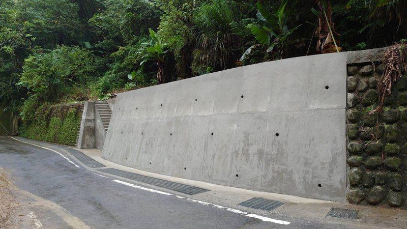 新北市新店銀河洞瀑布聯外道路銀河路修繕完工,今天重新啟用。圖/農業局提供