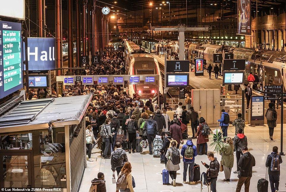 除了塞車,民眾也湧向巴黎里昂火車站,趕在封城令生效前出城。圖/每日郵報