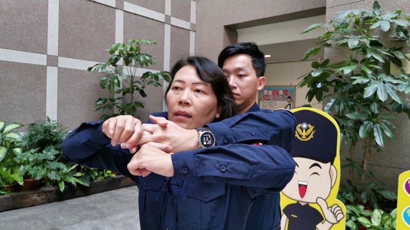 蘇鳳琴提醒,被歹徒從後方環抱時可用力扳開其手指頭。記者卜敏正/攝影