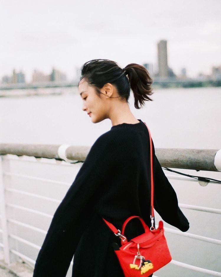 王淨選用LONGCHAMP x Pokémon紅色小羊皮包款,以及可愛的皮卡丘吊...