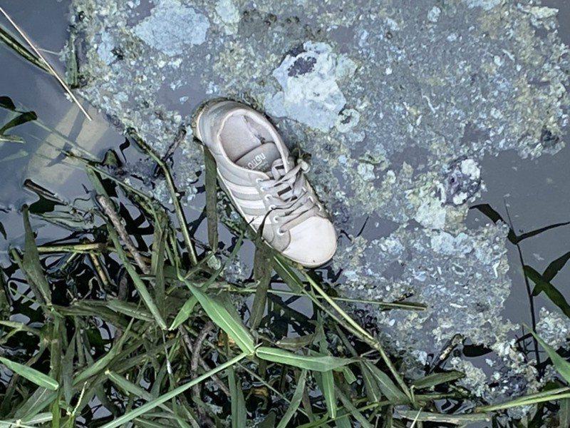 警方發現遇害女生的布鞋,加上在現場附近發現拖行痕跡,判定遭人強行拖走。記者周宗禎/翻攝