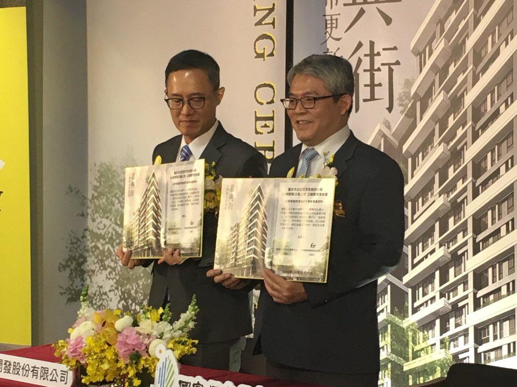 內政部政務次長花敬群(右)出席嘉興街公辦都更案簽約儀式。記者程士華/攝影