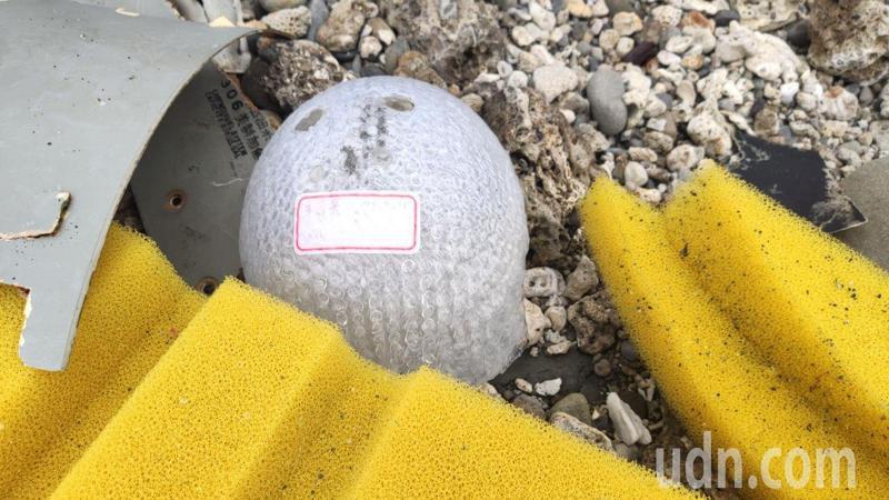 台東加路蘭海邊今天下午民眾發現失事F5E機件殘骸。記者尤聰光/攝影