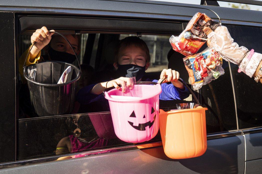 疫情之下,萬聖節(Halloween)的孩童傳統「不給糖就搗蛋」還是想維持。圖為...