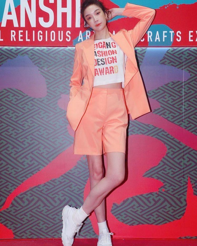 蔡淑臻以粉橘色MAX&Co.西服穿搭出席活動。圖/取自IG