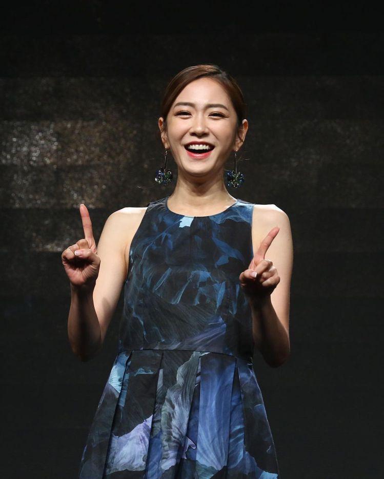 楊千霈在宣布擔綱金馬獎主持人的活動上,展現MAX&Co.的自信品味。圖/取自IG