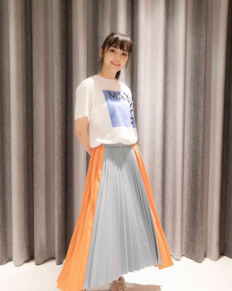黑嘉嘉穿出MAX&Co.撞色拼接不規則百褶裙的甜美青春,15,800元。圖/取自...