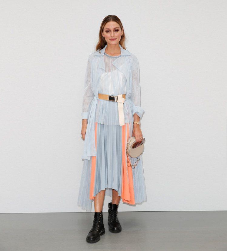 奧莉維亞巴勒莫詮釋MAX&Co.天藍色薄紗長版風衣16,800元、MAX&Co....