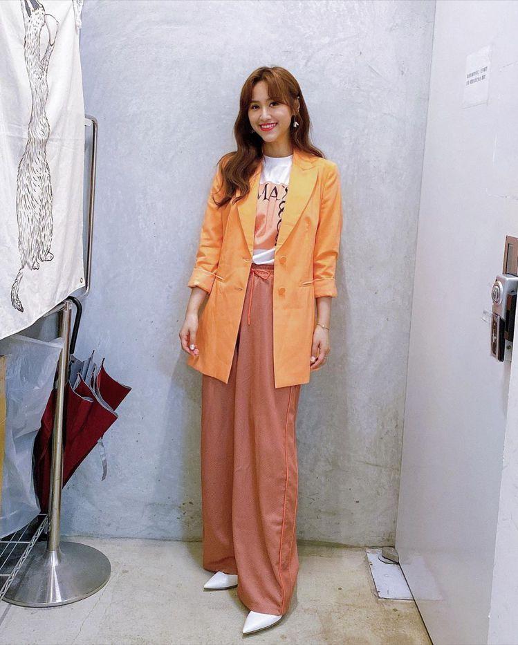 吳姍儒展現MAX&Co.西服的百搭實穿。圖/取自IG