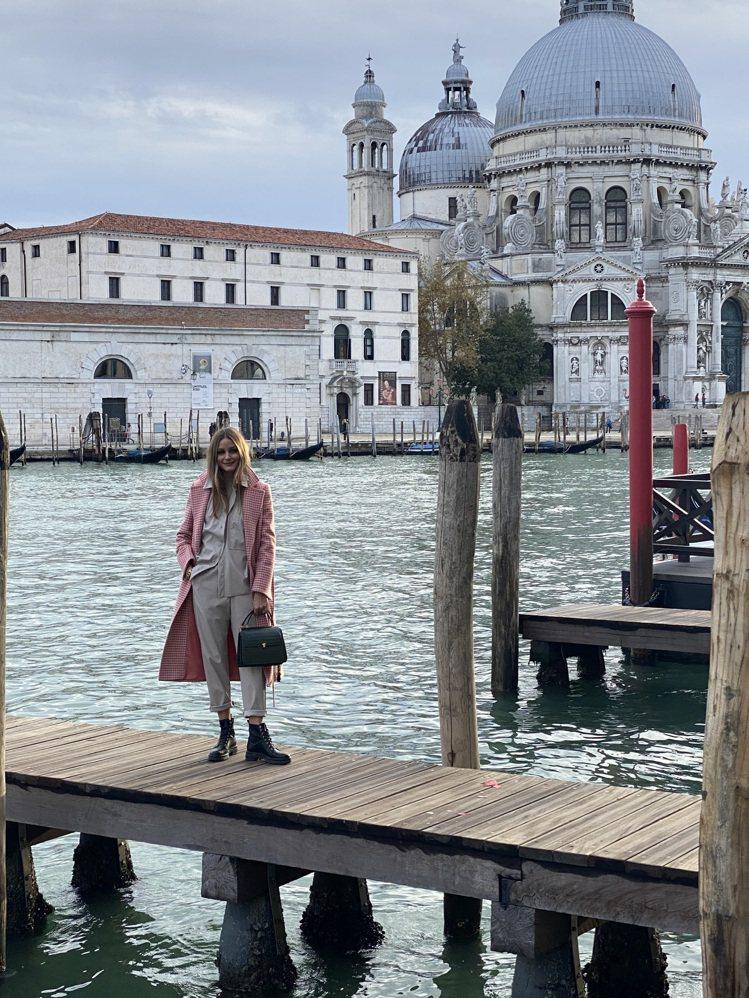 奧莉維亞巴勒莫身穿優雅知性的MAX&Co.粉色千鳥紋大衣,28,900元。圖/M...