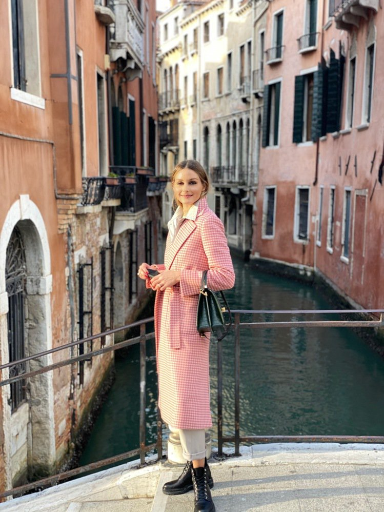 奧莉維亞巴勒莫身穿百搭的MAX&Co.粉色千鳥紋大衣,28,900元。圖/MAX...