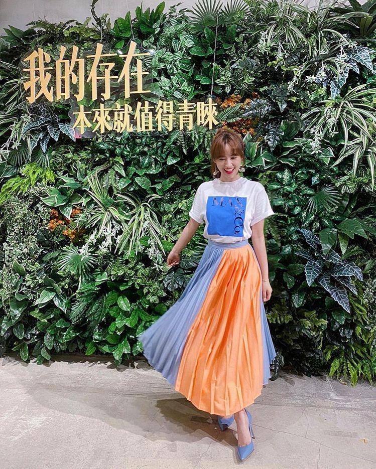 吳姍儒將MAX&Co.撞色拼接不規則百褶裙穿出陽光美少女的輕快,15,800元。...