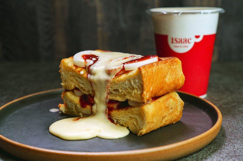 Isaac Toast所推出的「辣炒年糕布丁」,原價129元,新品價95元。圖/Isaac Toast提供