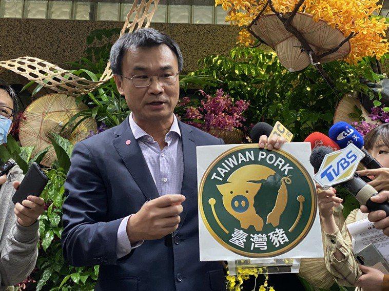 農委會主委陳吉仲今說明台灣豬標章的四道防偽設計。記者葉冠妤/攝影