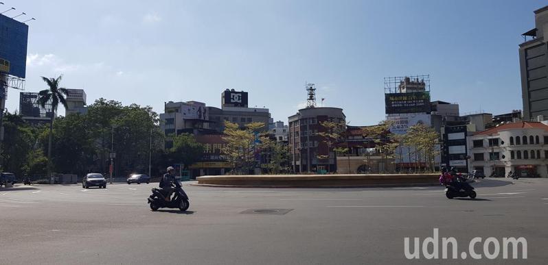 新竹市東門城圓環廣場改造工程預計11月底前完工,圓環周邊人行道將在明年台灣燈會後擴建。記者黃瑞典/攝影