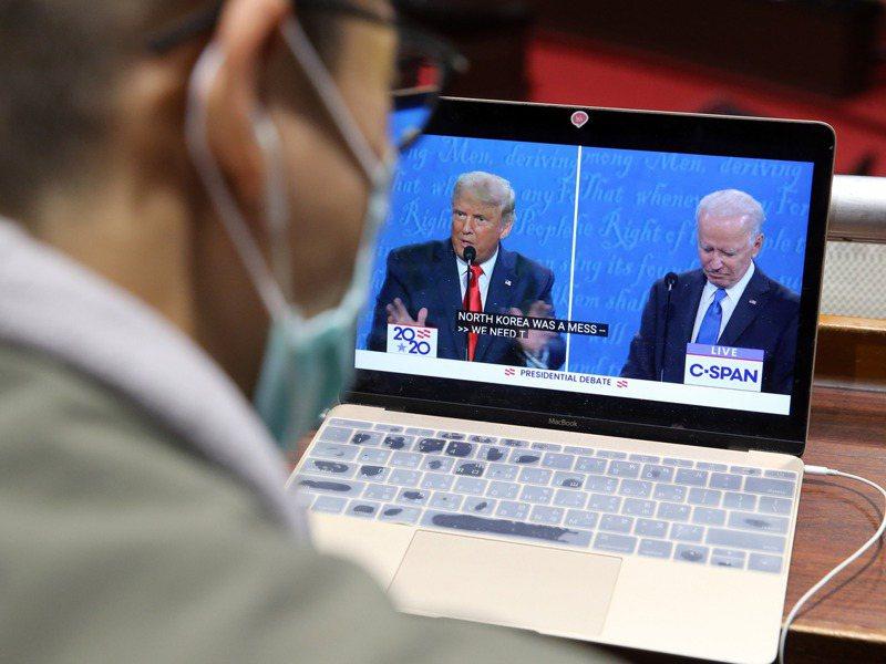 美國總統川普任內美台關係明顯進展,也讓台灣民眾關心此次美國總統選情,圖為民眾觀看美國總統選舉辯論。圖/聯合報系資料照片
