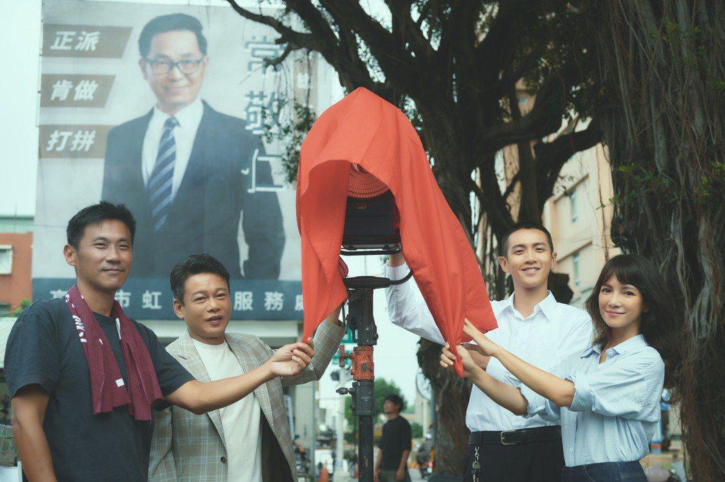 演員群及主創一同掀燈光紅布祝「鱷魚」開鏡大吉。圖/滿滿額提供