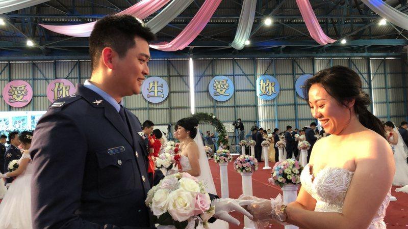79對新人由空軍副司令鄭榮豐中將證婚,並在新人軍眷及親朋好友見證下交換信物。記者邵心杰/攝影