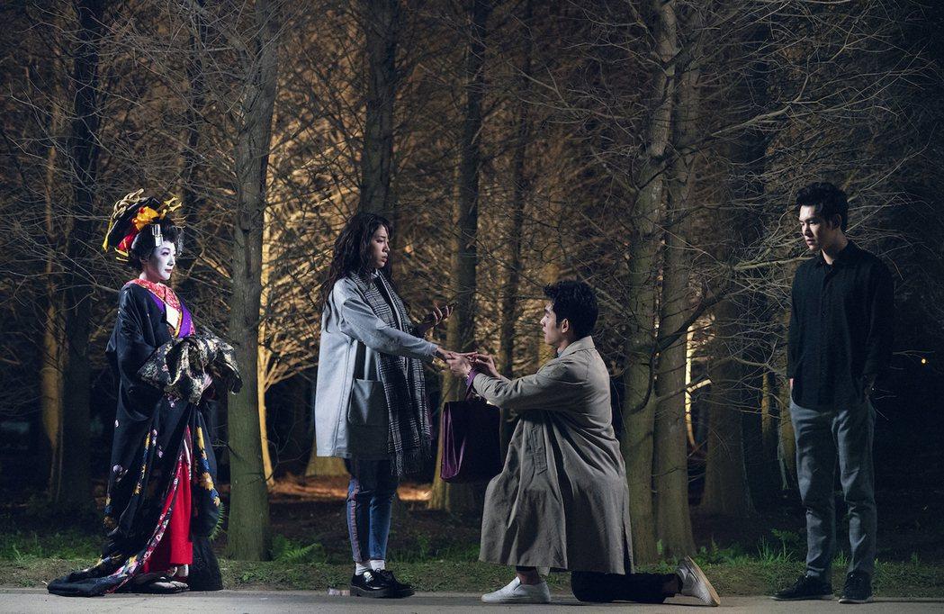 張書豪在「腦波小姐」戲中,單膝下跪向歐陽妮妮求婚。圖/麗象影業提供